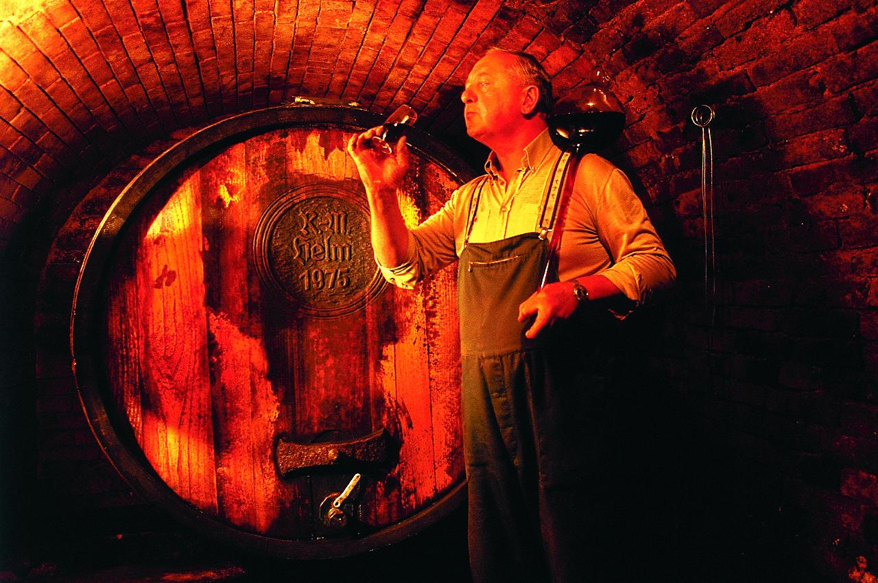 Weinbauer im Keller